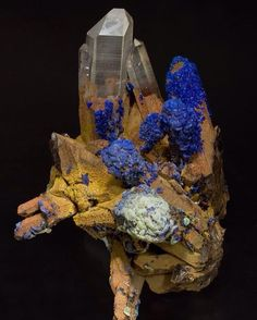 Quartz with Azurite and Malachite. Irregular aggregate of Quartz crystals, most of them coated by limonite, with recrystallizations of Azurite and, in less quantity, of Malachite.