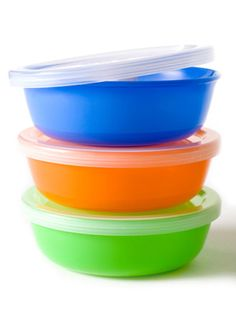 Get set to handle leftovers with these tips on getting smelly, discolored plastic storage containers really clean. #cleaning