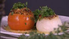 Foto: Fra TV-serien Price og Blomsterberg / DR Mozzarella, Pesto, Onion, Vegetables, Tv, Food, Onions, Television Set, Essen