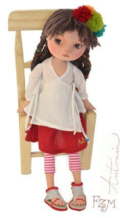 La blusa de Antonia tiene amarras como sus trenzas