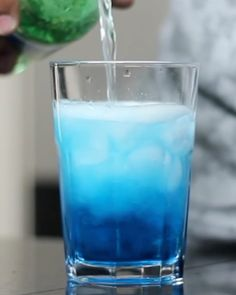 Drink com Curacau Blue e Refri de limão.  Fácil e rápido. #bebidaliberada #drink #drinks #curacao #curacaoblue #bartender #bartenders Bartenders, Instagram, Baristas