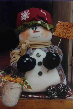 En los países nórdicos donde la navidad está acompañada de nieve, se tiene la costumbre de cantar villancicos en las calles y regalar dulces con motivo de la celebración por navidad. En este diseño la muñeca de nieve retrata con mucha emotividad esta buena tradición.
