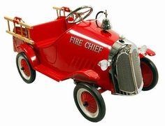 Marquant Brandweer Truck 9703, Metalen Trapauto. Gebaseerd op de stijl van brandweerwagens uit de jaren 50, is deze kinderreplica een prachtig exemplaar voor jong om zich heerlijk mee te vermaken of voor oud als verzamelobject. Prachtig voor in de woonkamer en een eye catcher ook voor buitenshuis, kan een kind zich met deze wagen zich perfect een brandweerman voelen door de afneembare trappetjes, als ook het alarmsysteem.