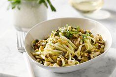 Dat het soms heel makkelijk kan, bewijst dit pastarecept waar je slechts maar één pan voor hoeft te gebruiken. De stukjes aubergine en de pasta worden samen gekookt tot een heerlijk recept. Lekker eten en bijna geen afwas!