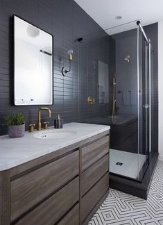 Envie de reconstruire la salle d'eau? Découvrez nos 25 propositions de salle de bain noire qui vous aideront à maîtriser l'atmosphère sophistiquée. #salledebain #ideas #bathroom #decor