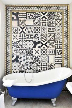Tendance déco 2016 : on mélange les imprimés - Blog Déco - Trends 2016 : let's mix patterns   Blog Déco @mydecolab http://blog.mydecolab.com/2016/03/tendance-decoration-2016-melange-imprimes.html?utm_content=buffer54632&utm_medium=social&utm_source=pinterest.com&utm_campaign=buffer   #salledebain #carreau #ciment #bleu #baignoire #bathroom #cement #tiles #blue #bathtub