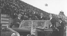 Em carro aberto. O presidente Juscelino Kubitschek desfila no Estádio Independência, em Belo Horizonte