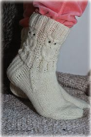 Villasukat matkalaukussa: Suloiset Pöllövillasukat (sis. ohje) Crochet Socks, Crochet Baby Booties, Diy Crochet, Knitting Socks, Hand Knitting, Knitted Hats, Owl Knitting Pattern, Knitting Paterns, Knitting Projects