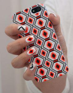 Des ongles assortis à notre coque de téléphone. Bonne idée ou mauvais choix ?