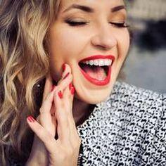 Statt Zahnpasta: Dieses Hausmittel macht eure Zähne weißer