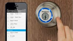 Kwikset presenta a Kevo, una cerradura inalámbrica que funciona gracias a Unikey. Al configurar un dispositivo (corre una aplicación) con Kevo para que funciona con Bluetooth, un simple toque en la cerradura colocaría o removería seguro.  http://gabatek.com/2013/05/09/tecnologia/kevo-cerradura-controlada-celular-quita-seguro-tocandola/