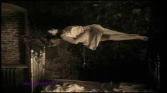 Manchmal,  Manchmal, wenn ein Vogel ruft oder ein Wind geht in den Zweigen oder ein Hund bellt im fernsten Gehöft, dann muß ich lange lauschen und schweigen.  Meine Seele flieht zurück, bis wo vor tausend vergessenen Jahren der Vogel und der wehende Wind mir ähnlich und meine Brüder waren.  Meine Seele wird Baum und ein Tier und ein Wolkenweben. Verwandelt und fremd kehrt sie zurück und fragt mich. Wie soll ich Antwort geben?  Hermann Hesse  Rezitation: Gottfried John / Sitar:…