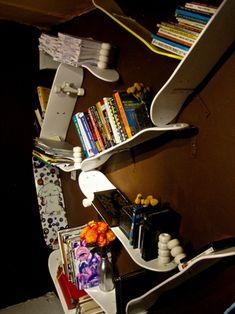 skateboard shelves. no grip tape for this setup. Inspiration pour le MakerSpace de Lille #skateboard #rangement #étagére