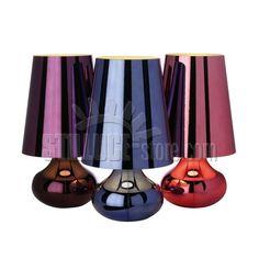 Kartell Cindy Blu 9100 tipica lampada degli anni '70 rivisitata per forma e colore.  Viene proposta in un'ampia gamma di tonalità metallizzate, tutte coprenti: platino, oro scuro, verde menta, arancio, blu, rosa, canna di fucile e viola.