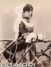 Ritratto di bambina in costume tradizionale calabrese |