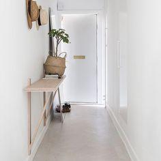 Een wandplank, een bijzettafel of een kastje. Wat heb jij in de hal staan? Zie bio link voor een aantal mooie voorbeelden. #hal #hallway #interieur #interior #bolig