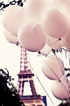 Eiffelturm in Paris mit Ballons
