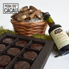 Cabaz para o Padrinho info@pedacosdecacau.pt Chocolate, Mini Bottles, Wine Decanter, Cocoa, Bonbon, Groomsmen, Chocolates, Brown
