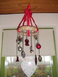 Breed lint om een krans heen, samengeknoopt. Kerstversiering met lintjes vast gepind met spelden.