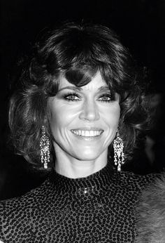 Few celebrities have had such prolific careers as Jane Fonda. Here, explore the actress and activist's many beauty looks from 1965 to now. Old Hollywood Style, Classic Hollywood, Jane Fonda Barbarella, Henry Fonda, Actor Studio, Cut Her Hair, Perfect Smile, Star Wars, Musa