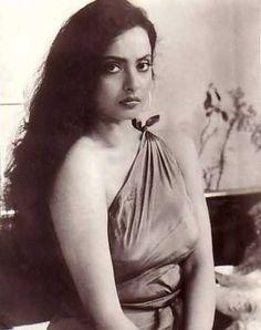 Rekha Rekha Actress, Old Actress, Bollywood Actress, Bollywood Heroine, Divas, Beauty Salon Design, Vintage Bollywood, Makeup For Teens, Beauty Hacks Video