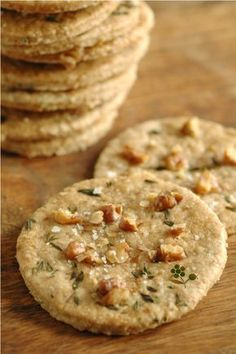 Vegetarian food 434949276493841893 - Crackers avoine, noix, huile d'olive, thym & fleur de Source by DoreenGreens Low Carb Vegetarian Recipes, Healthy Cooking, Low Carb Recipes, Snack Recipes, Snacks, Vegetarian Food, Fingers Food, Bolacha Cookies, Vegetable Drinks