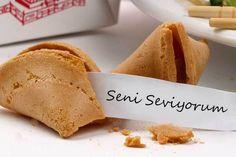 Şans, dilek ya da fal kurabiyesi denebilir, Çinlilerin icat ettiği, içinden not çıkan kurabilerdir. Siz de evinizde bu kurabiyelerden yaparak içine istediğiniz notlar koyabilir, sevdiklerinizi şaşı...