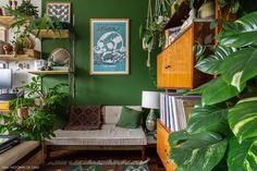 Home office with green painted walls and vintage furniture Boho Room, Boho Living Room, Living Room Paint, Home Office, Dark Walls, Dark Interiors, Bohemian Interior, Small Apartments, Boho Decor