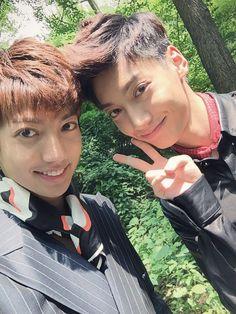 kwangmin twitter update (with his Bro Youngmin they are just to cute ♥) ------------- 오랜만에 둘이 사진 찍었어용ㅋㅋㅋ 화보 촬영날에~~~!!ㅋㅋ