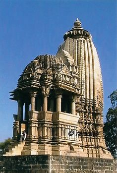 Chaturbhuj Temple Hindu Temple Dedicated to Vishnu This temple has a multi-storied structural view. This temple has a mix between a temple, fort and palace. Indian Temple Architecture, India Architecture, Religious Architecture, Ancient Architecture, Beautiful Architecture, Beautiful Buildings, Gothic Architecture, Temple Indien, Monuments