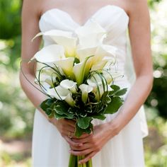 This white Calla Lily bouquet is way too beautiful—and delicate—to toss at the end of a reception. Can't I just gently place it into the hands of a worthy recipient? Photographer: Jenny DeMarco Photography