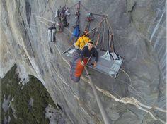 Réveil à la verticale Drôle d'endroit pour se réveiller. Axel Tritton et ses amis commencent une nouvelle journée, à mi-parcours de leur ascension de trois jours et demi du célèbre El Capitan, dans le parc national de Yosemite, en Californie. Photo postée le 3 décembre 2013.  (Axel Tritton)