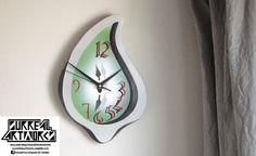 Liquefy - Melting clock made of plywood