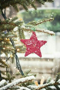 Time to get into the Christmas spirit ⛄ Noel Christmas, Merry Little Christmas, Pink Christmas, Country Christmas, All Things Christmas, Winter Christmas, Christmas Lights, Vintage Christmas, Christmas Decorations