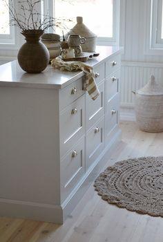 Old Kitchen Cabinets, Kitchen Island Decor, Ikea Kitchen, Rustic Kitchen, Country Kitchen, Kitchen Furniture, Interior Design Layout, Apartment Interior Design, Interior Design Living Room