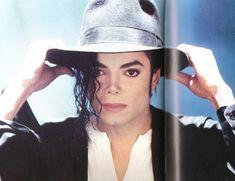 """Michael Jackson (1958-2009) conocido como el """"Rey del Pop"""", fue un cantante, compositor, bailarín, actor, productor,empresario y filántropo estadounidense."""