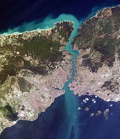 İstanbul Boğazı'nın uzaydan görünümü-15 OCAK 1945 - Müttefik Kuvvetler gemilerinin Boğazlardan geçişine izin verildi.