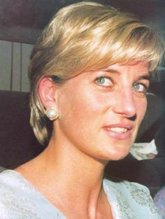 May Diana, Princess of Wales visiting the Memorial Cancer Hospital founded by international cricketer, Imran Kah, husband of Jemima Goldsmith, a friend of Diana's. Princess Diana Hair, Real Princess, Princess Of Wales, Lady Diana, Diana Spencer, Jemima Goldsmith, Funeral, Princess Videos, Perfect Wife