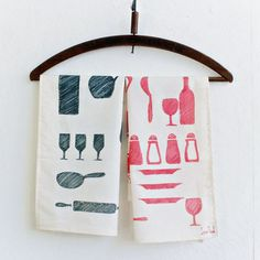 Create your own tea towels with this very easy diy! You only need fabric markers, and some ikea fabric. Perfect as a gift or a craft to do with the kids! Diy Gifts To Make, How To Make Diy, Crafts To Do, Diy Crafts, Inexpensive Christmas Gifts, Diy Christmas Gifts, Handmade Christmas, Homemade Tea, Homemade Gifts