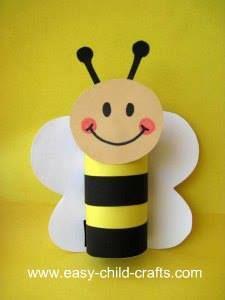 DIY enfants : une abeille fabriquée avec un rouleau de papier toilette et un peu de carton