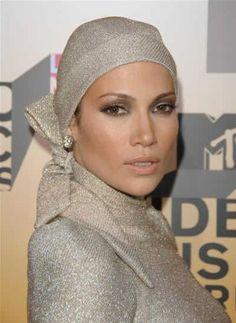 Jennifer Lopez, aka JLo, wearing a sparkly lurex turban to the MTV awards. Turkish Fashion, Islamic Fashion, Turban Style, Relaxed Hair, Bad Hair Day, Jennifer Lopez, Head Wraps, Fashion Details, Natural Hair Styles