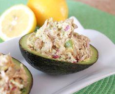 Avocado mit Thunfisch für Zwischendurch-kohlenhydratarmer Snack