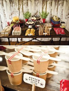 Una mesa preciosa para una fiesta vaquero (me encanta el truco con los vasos, para sujetar los cubiertos!) / Great party table for a cowboy bash (I love the trick with the cups, to hold the forks!)