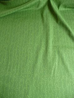 Schlichter aber vielseitig einsetzbarer Stoff.    Der reine Baumwollstoff ist ein amerikanischer Designer Stoff.   Auf dem amerikanischen Designer Stoff befinden sich Blumenranken.    Ein Blatt ist ca. 0,5 cm lang.    Der Baumwollstoff liegt 1,12 m breit und es sind 6 m vorhanden.