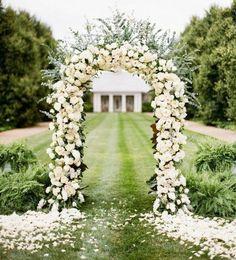 une arche florale mariage, cérémonie laïque en plein air