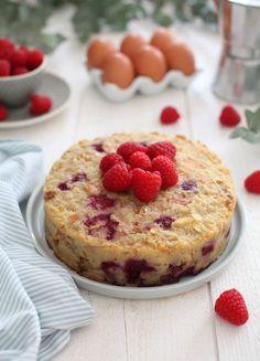 Gâteau de pain perdu aux framboises : parce qu'il serait dommage de jeter alors que l'on peut faire un si bon gâteau avec du pain rassis et quelques framboises.