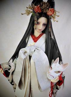 17少年用の着物セットをヤフオクに出品しました。すごく珍しく白い着物、白というか、オフ白です。狐のお面に合うでしょ? よかったらご覧下さい。 http://page7.auctions.yahoo.co.jp/jp/auction/g139824030 来月のドルパも13少年用ですがオフ白の着物を販売する予定です。