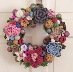 Crochet wreath tutorial with artificial succulents and giant yarn Crochet Christmas Wreath, Crochet Wreath, Crochet Ball, Crochet Christmas Decorations, Easter Crochet, Crochet Home, Thread Crochet, Crochet Flowers, Christmas Wreaths