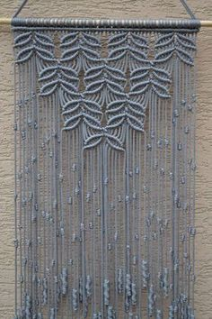 Técnica de macramé hecha a mano de los paneles de pared. Material: 100% poliéster. Color: gris claro. Correa: madera natural - pino. Dimensiones: La longitud de la correa en la parte inferior, incluyendo el hilo de rosca - 28 pulgadas / 71cm Anchura - 37cm/14,6 pulgadas