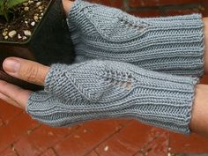 Ravelry: Green Thumb by Diana Foss in Crystal Palace Yarns Merino 5 Fingerless Gloves Knitted, Crochet Gloves, Knit Mittens, Knit Crochet, Crochet Granny, Baby Hats Knitting, Loom Knitting, Hand Knitting, Knitting Patterns